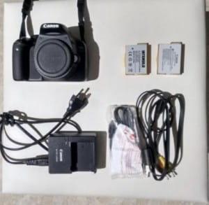 So könnte die anfängliche Ausrüstung aussehen: Kamera, 2 Akkus, Ladegerät und die Verkabelung